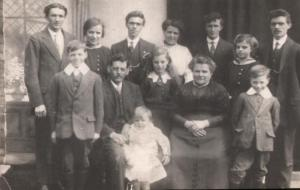 1915. Williams family group.